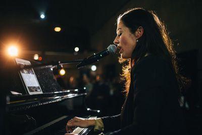 Die Sängerin Anja Lerch am Klavier