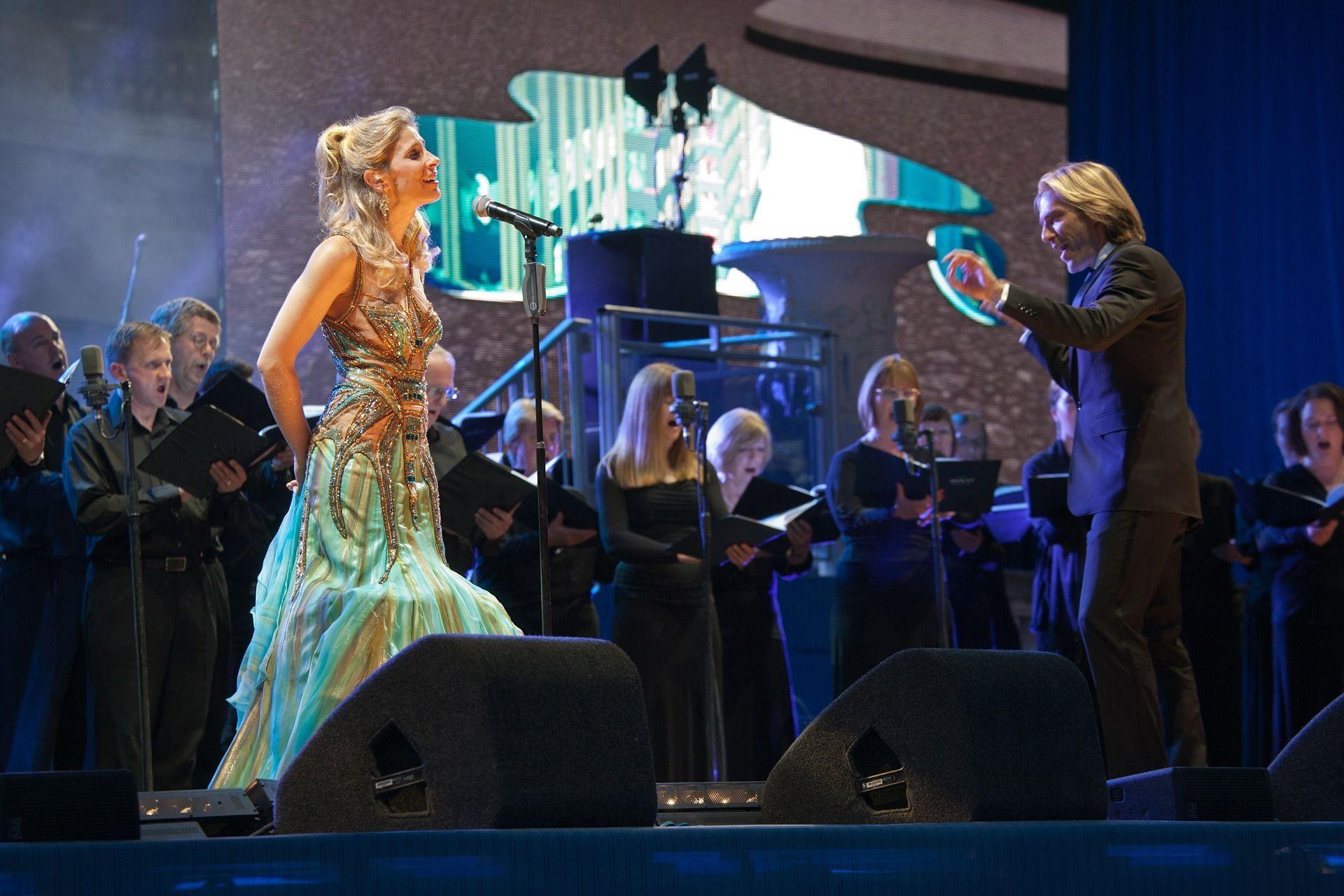 Chor mit Solistin und Dirigent