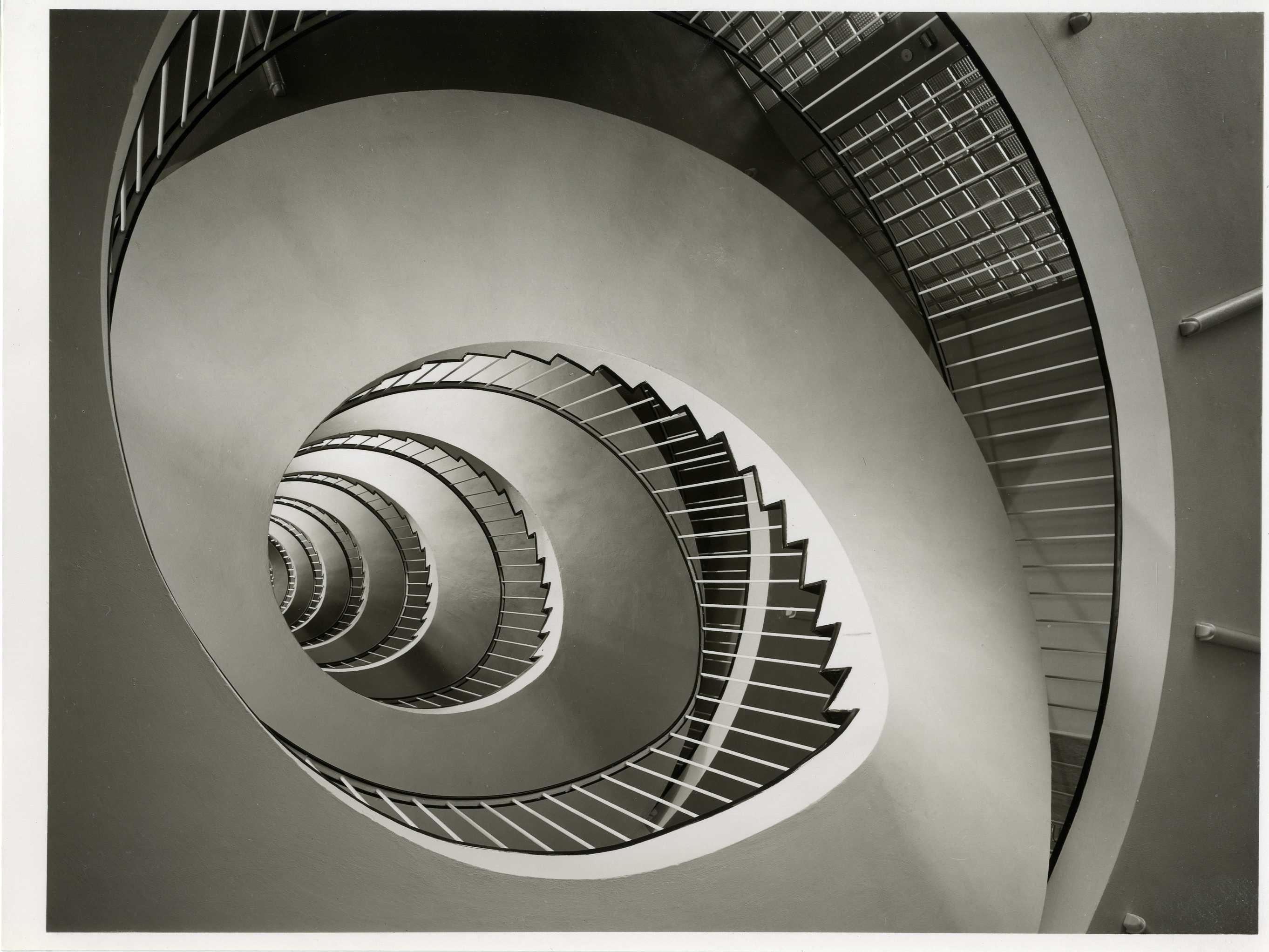 Treppenhaus der ARAG-Hauptverwaltung, Düsseldorf, Heinrichstraße 155, Entwurf Helmut Rhode (RKW) 1956, Photographie von Karl Hugo Schmölz